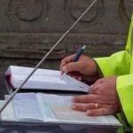 Un bărbat amendat cu 2.500 lei pentru că a vopsit afişele de pe garduri, la Văleni
