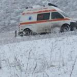 Ambulanţă împotmolită în nămeţi