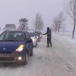 Zăpada a închis două drumuri