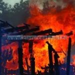 Două case au ars ieri
