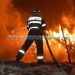 Incendiu la un service în Dumbrava Roşie, extins la fabrica de lemn învecinată