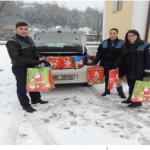 Polițiștii au împărțit daruri la 50 de copii de pe Valea Muntelui