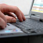 Percheziții la infractori informatici în 8 județe, printre care și Neamț