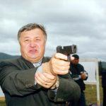 arme Rotaru, Ion, cu pistolul